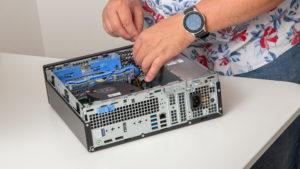 Michael Martikan beim Aufrüsten bestehender Hardware